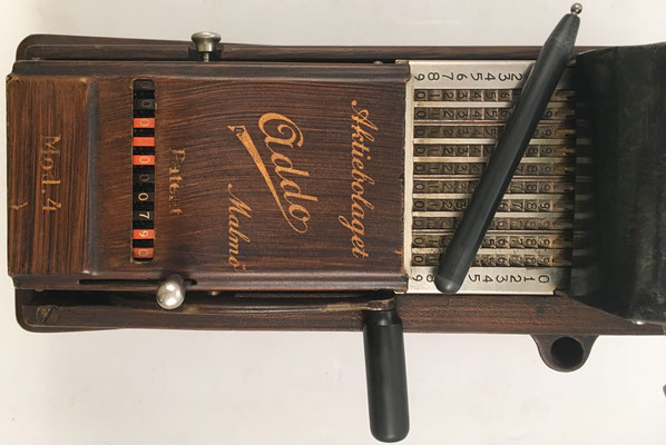 Detalle del ábaco de cadena ADDO y su punzón (A. B. Addo fabricó también la calculadora mecánica MULTO).