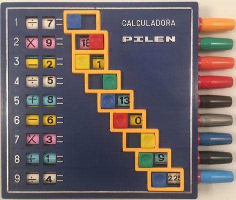 CALCULADORA PILEN, calcula y colorea, hecha por la Fábrica de Juguetes Pilen S. A. en Ibi (Alicante, España), hacia 1970, 18x15 cm