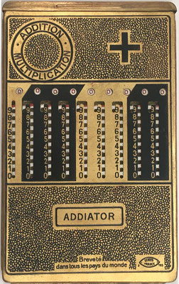 El ábaco de ranuras ADDIATOR, fue fabricado por los establecimientos Le Girondin-Unis (Unis =Union Nationale Inter Syndicale), UNIS France 2-193, Burdeaux, en el año 1923, 10.5x17 cm