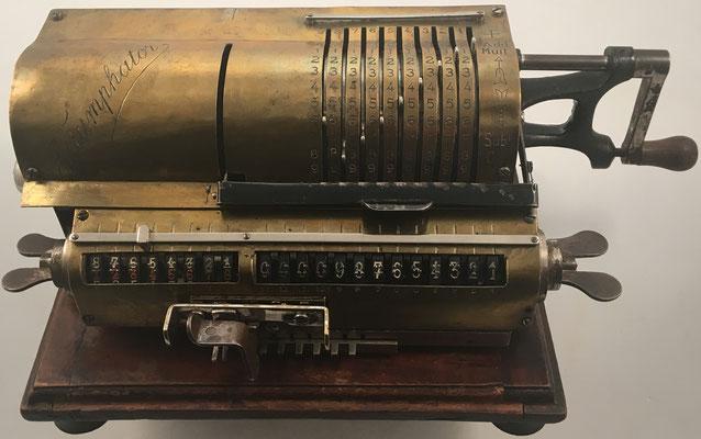 Calculadora TRIUMPHATOR adaptada para personas ciegas (cuatro similares, marcas Odhner, Triumphator, Brunsviga y Astra, se pueden ver en el Museo Tifológico de la Once en Madrid), s/n 0017, capacidad 9x8x13, año 1904, 39x18x13 cm