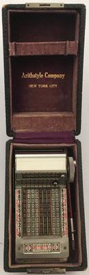Ábaco de cadena ARITHSTYLE en su caja (16x10x8 cm ) y con el punzón para introducir los números en la realización de cálculos