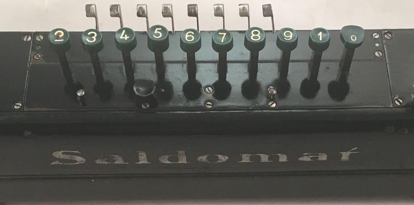 Teclas para las operaciones (suma y resta) y palancas tabuladoras de la calculadora SALDOMAR