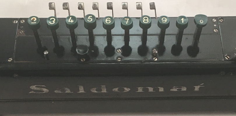 Teclas para las operaciones (suma y resta) y palancas tabuladoras de la calculadora SALDOMAT