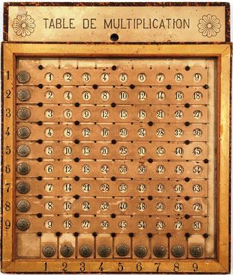 Tabla de multiplicación  pitagórica LA PÉDAGOGIE MODERNE modelo G, fabricada en Béziers (Francia), todos los resultados, productos hasta 9x9, hacia 1930, 20x24 cm