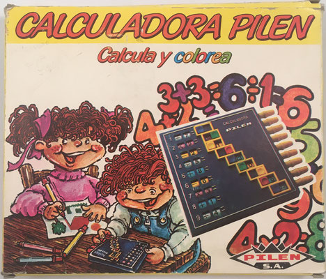 Caja de cartón para guardar la calculadora PILEN.  La empresa Pilen S. A. nació en Ibi (Alicante) en 1968, creada por Pilar y Enrique Climent (de ahí Pil-En)