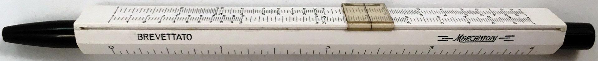 Mini regla de cálculo en porta-lápiz MARCANTONI (Italia), Brevettato Marcantoni, fabricado por G. Marcantoni & C., Bresso-Milano, Italia, año 1960, 14 cm largo x 1 cm diámetro