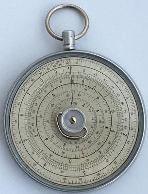 Reverso del círculo de cálculo HALDEN CALCULEX modelo escritorio, fabricado por Joseph Halden