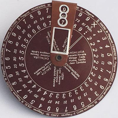 Anverso: Tabla Elemental de sumar y restar marca PITÁGORAS, hacia 1930, 9 cm diámetro