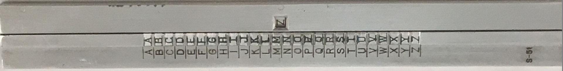 """Ejemplar del """"Cuadro Tipo S-51"""" del ejército español para cifrar y descifrar mensajes, similar a una regla de cálculo, 26x3 cm"""