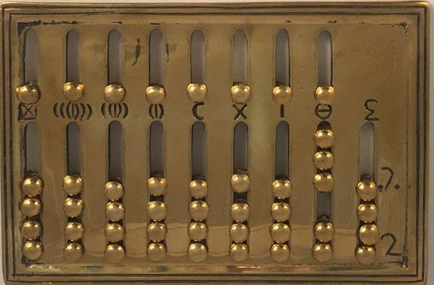 Ábaco romano, réplica en latón, The Roman Shop (Alemania), año 1983, 12x8 cm.  Las dos últimas columnas son para onzas y fracciones de onza (Una Libra romana o As equivale a 12 onzas)