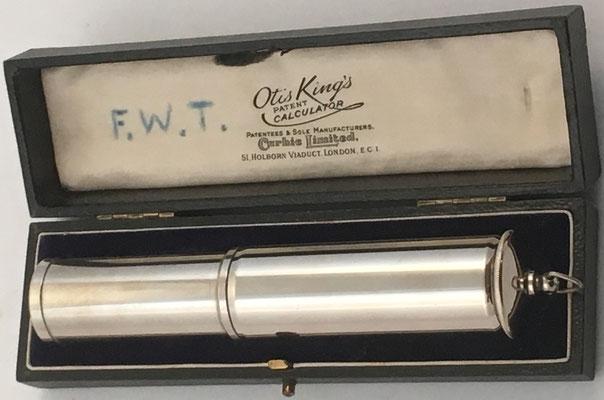 OTIS KING'S Poket Calculator dentro de su estuche