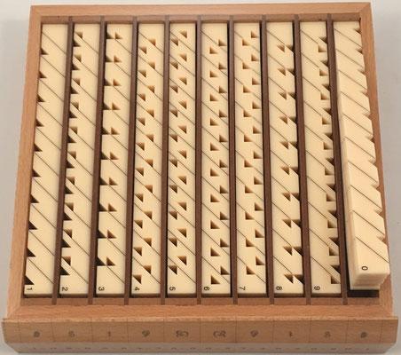 El cajón tercero contiene 100 varillas lectoras de doble cara, de 21.5x2 cm cada una