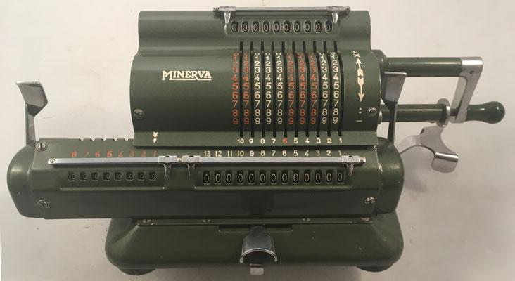 MINERVA modelo VA, s/n 18230, fue la calculadora española de más éxito y difusión, año 1946, 42x15x13 cm