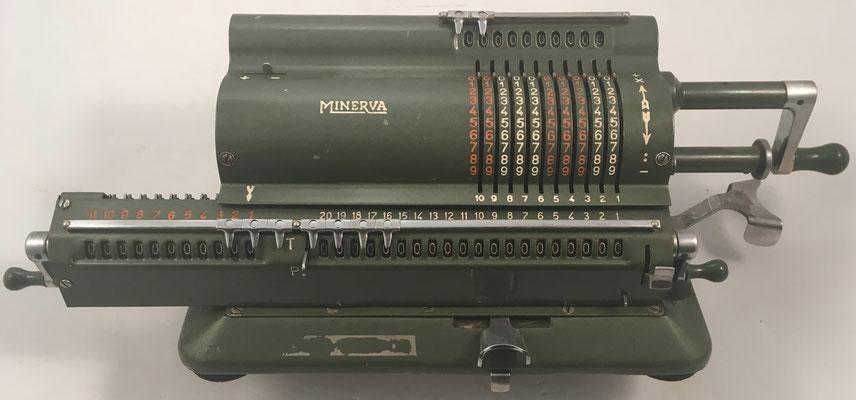 MINERVA, s/n 13714, las primeras máquinas se vendieron bajo la marca de FAMOSA, año 1946, 42x15x13 cm