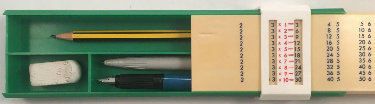 Interior del estuche para lapiceros sin marca, con tabla de multiplicar en la tapa del estuche