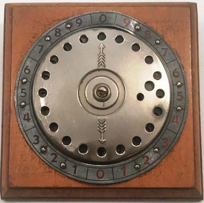Sumadora IFACH de Genaro Calatayud, precio 25 pesetas, fabricada por Calatayud-Avargues S.L. en Calpe (Alicante, España), año 1943, 11.3x12 cm