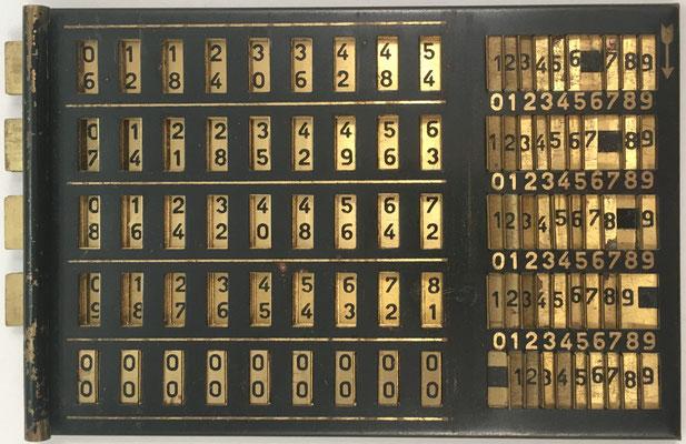 Base con ábaco neperiano multiplicativo, mostrando las varillas del 6 al 0