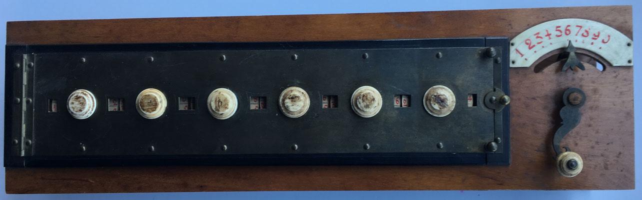 Abaco multiplicativo de Napier con círculos móviles en vez de varillas (similar a la máquina de multiplicación de Samuel Morland de 1666), vista frontal completa