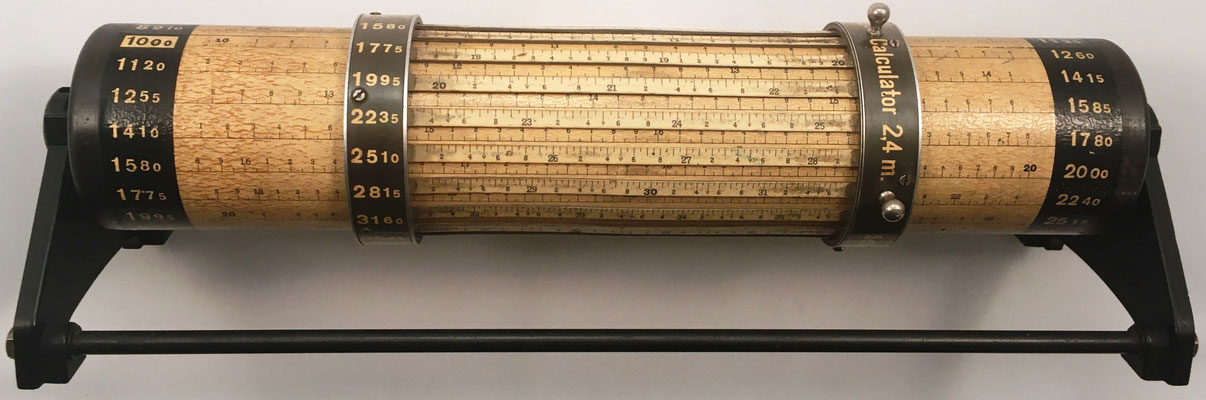 LOGA Cylindrical Calculator 2,4 m, s/n 2076, fabricada por  Daemon-Schmid en Suiza, año 1930, Dimensiones: 34,5 cm largo x 6,5 cm diámetro