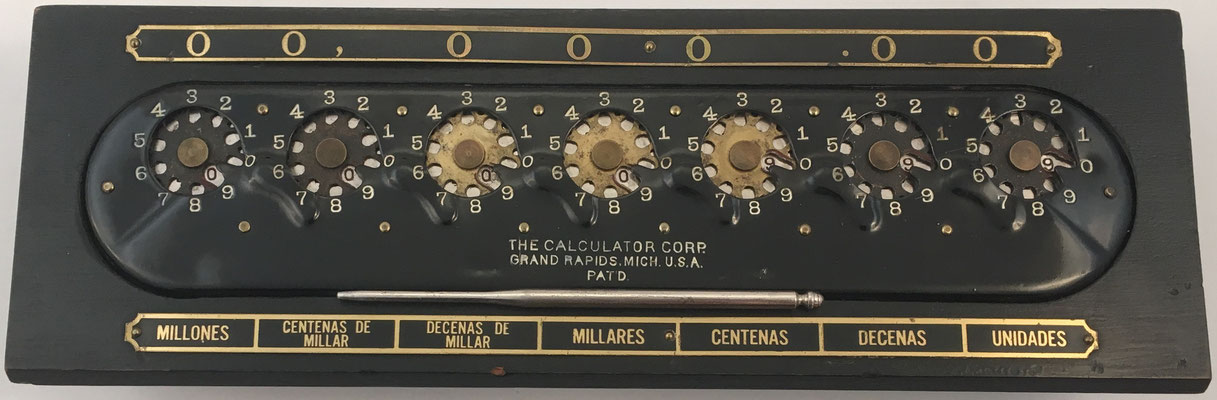 The CALCULATOR, fabricado por Calculator Corp. en Grand Rapids, Michigan (USA), año 1908, Michigan, USA, 30x8.5x6 cm