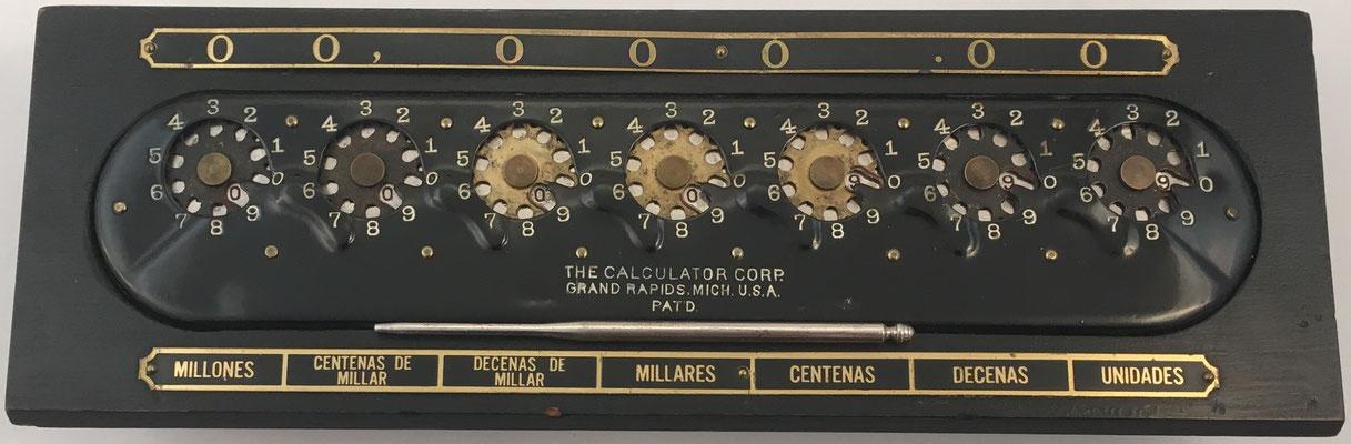 The CALCULATOR, patentado por Bonham y Schram, fabricado por Calculator Corp. en Grand Rapids, Michigan (USA), año 1907, 30x8.5x6 cm
