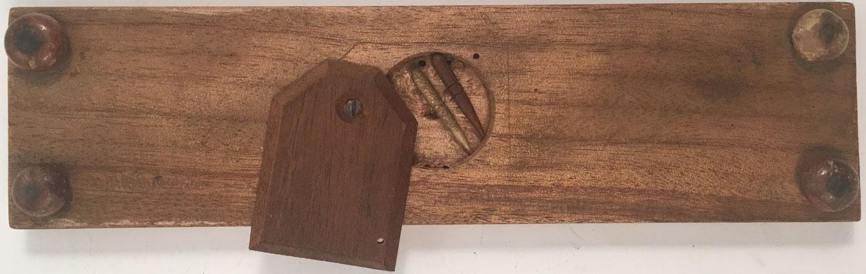 Reverso del anotador de puntuación CRIBBAGE con un par de clavijas en su cajón