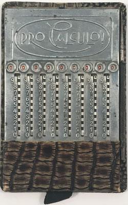 Ábaco de ranuras PRO CALCULO!, fabricado por CBR de Addiator (Berlin, Alemania), año 1921, 7.5x12 cm
