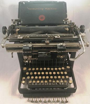 Máquina de escribir REMINGTON con mecanismo WAHL, s/n Y57445, hacia 1908, 45x45x30 cm