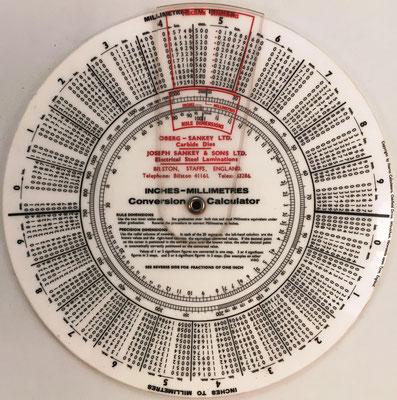 Calculador FEARNS para conversión de pulgadas a milímetros (con indicador de decimales), fabricado en Whickham (Inglaterra) para la empresa OBERG-SANKEY Ltd
