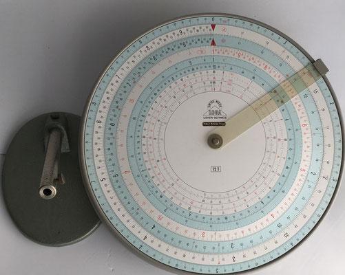 LOGA 75 T (T: escalas técnicas), con base de apoyo,  nº serie 498, año 1955, 29 cm diámetro