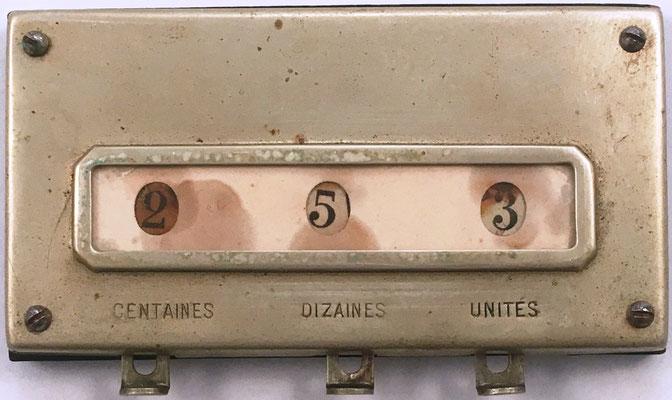 Sumadora de tres dígitos, sin marca, madera y metal, hecha en Francia hacia 1900, 11.5x6 cm