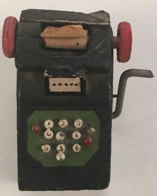 Miniatura de sumadora mecánica tipo VICTOR o SUNDSTRAND, en madera, hacia 1960, 3x3.5x3 cm