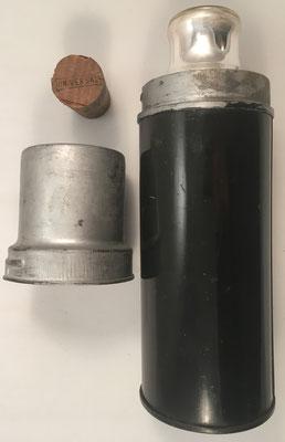 Detalles de las piezas del termo: vaso, corcho y termo abierto