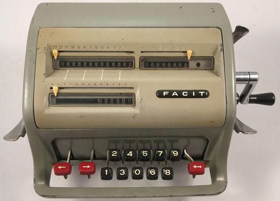 """FACIT modelo C1-13, s/n A-274150, hecha por la """"Facit GmbH"""" en Düsseldorf (Alemania ), año 1957, 31x21x15 cm"""