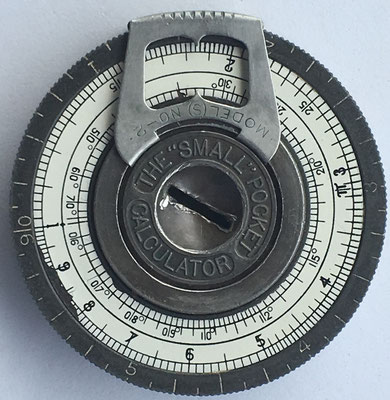 "The ""SMALL"" POCKET CALCULATOR, año 1918, 4,8 cm diámetro"
