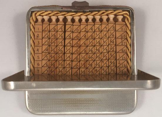 Ábaco multiplicativo de NAPIER, 12 varillas alojado en su estuche de metal y cuero