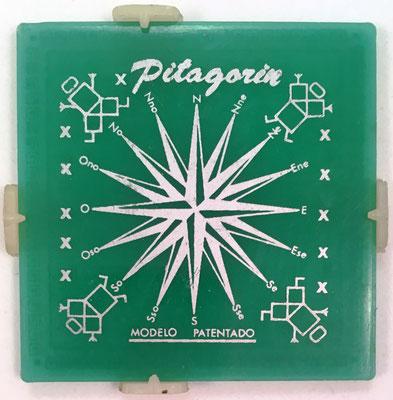 """Reverso del pequeño cuadro pitagórico PITAGORÍN, con la inscripción """"PITAGORÍN"""" y la rosa de los vientos de 16 puntas, rumbos o puntos cardinales"""