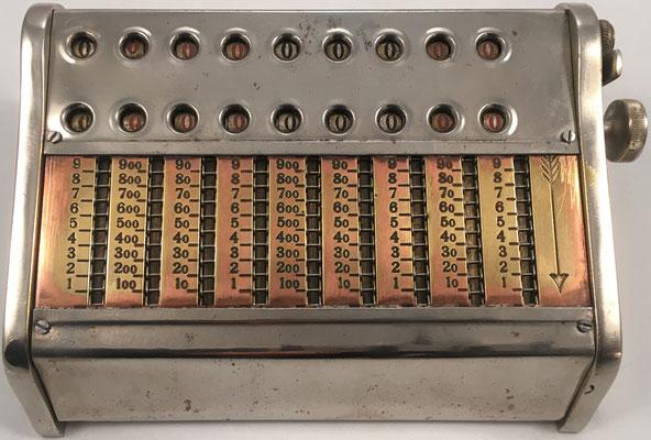 DUX IV, fabricado por  Forum Schmidt (Copenhague, Dinamarca), 9 ventanas de resultados (dos filas), hecho en Copenhague (Dimanarca), s/n 2917, año 1910, 15x10x5 cm