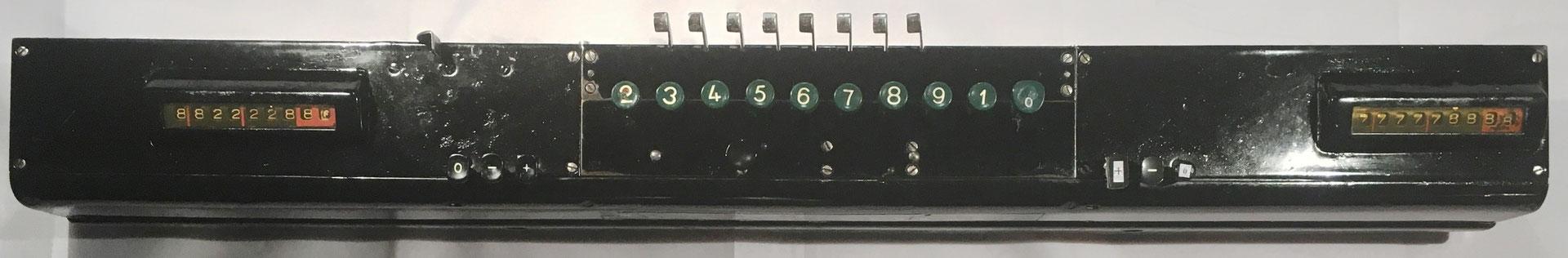 Vista superior de la calculadora SALDOMAT, los totalizadores operan de forma independiente mediante las tres teclas 0, -, +