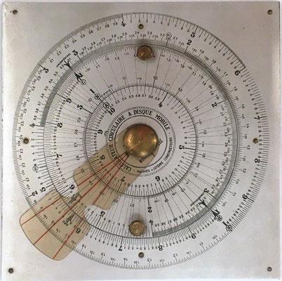 Calculateur à Disque Mobile modelo de bolsillo nº 4, patentado por Jules Arnault & Louis Paineau y fabricado por Mathieu & Lefèvre constructores (Montrouge, Francia), año 1921, 12x12 cm