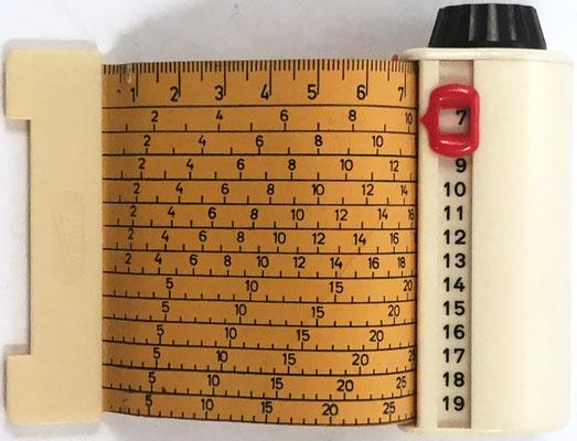 Calculador de tejer y tricotar marca KNITTAX, en forma de cinta métrica, fabricado en Argentina, 9 cm x 3.5 cm diámetro cm