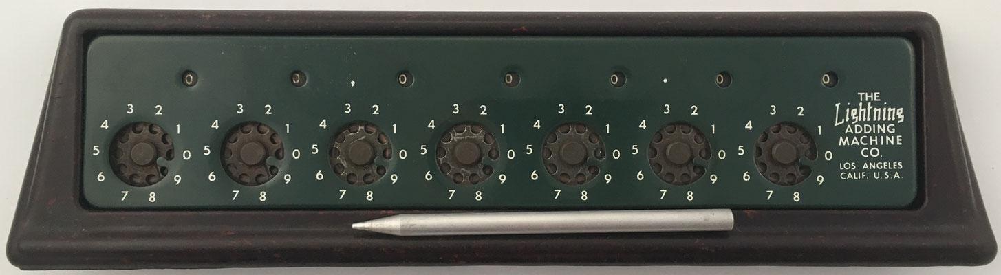 The LIGHTNING, s/n 12556, fabricado por Lightning Adding Machine Co. (Los Angeles, USA), año 1945, 36x11X4 cm