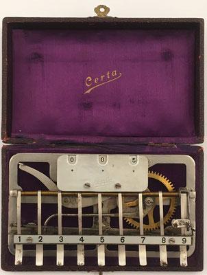 Sumadora CERTA, hecha por Adolf Bordt (Leipzig), s/n M208, con una palanca para decenas y otra para la puesta a cero, una sola rueda de bronce, año 1925, comercializada en España, 16x10 cm