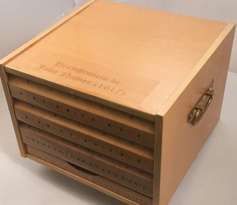 Réplica del PROMPTUARIO de Napier para multiplicaciones complejas de dos números con varios dígitos cada uno, 200 varillas, alojado en su caja, 28x20x28 cm