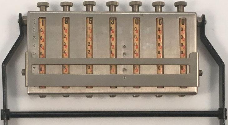 """Ábaco multiplicativo marca """"MULDIVI"""" de 7 rodillos neperianos de 10 dígitos cada uno, Francia 1926, 11x6x2 cm"""