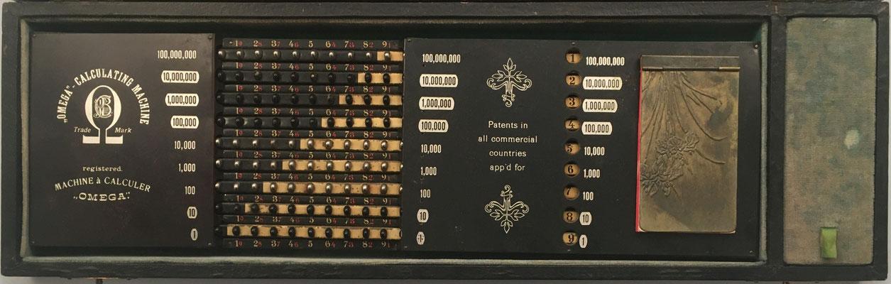 La parte inferior es un ábaco de botones tipo Locke, y sirve para la suma de productos parciales)