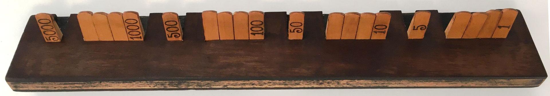 Vista lateral del anotador de puntuación recto para el juego de cartas BEZIQUE