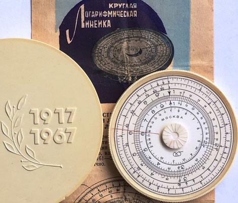 Regla rusa modelo SPUTNIK, MOSCU 50th Anniversary 1917-1967, plástico, año 1967, 7 cm diámetro (rara, 300€)