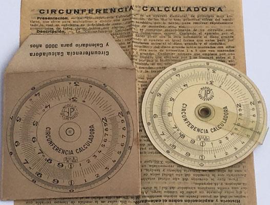 Anverso, funda e instrucciones del círculo de cálculo CIRCUNFERENCIA CALCULADORA, hacia 1930, 7 cm diámetro