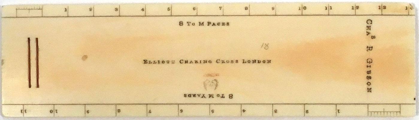 Reverso del transportador ELLIOTT, firma fundada por William Elliott,  las dos ranuras eran para una cinta que permitía colocar la regla alrededor del cuello